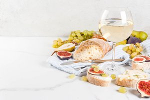 Fruit sandwiches with wine