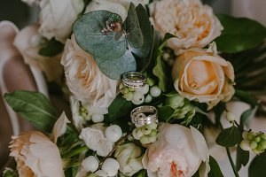 Wedding rings on the background of the bouquet