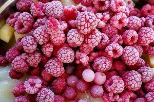 Macerating fruits to make jam