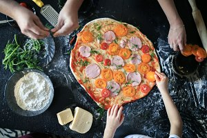 hands make pizza, dark table