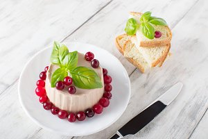 Chicken pate with basil and cranberr