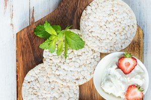 Healthy Snack from Rice Cakes with Ricotta and Strawberries
