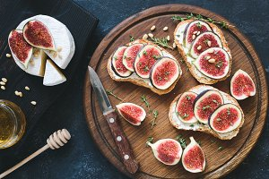 Toast or bruschetta with fresh figs, white cheese and honey