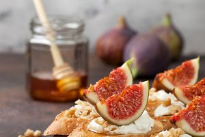 sandwich with figs