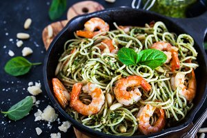 Spaghetti with prawns and pesto