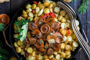 Saffron milk cap mushrooms with fried potatoes, rustic style