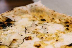 Pizza quattro fromaggi in restaurant