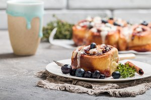 Cinnamon buns with lemon, blueberry and thyme