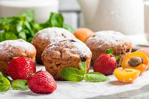Muffins with fresh strawberries and apricots