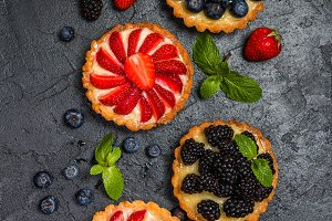 Tarts with lemon cream and fresh berries