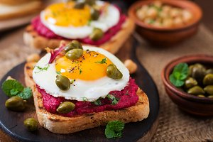 sandwiches with beet root hummus
