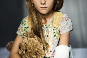 A girl with broken arm