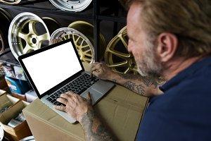 repair man working on laptop (PNG)