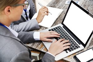 businesswoman using laptop (PNG)