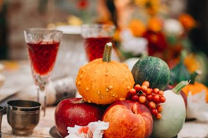 Fall table decor: pumpkins and fruit