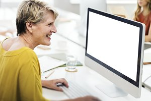 Woman using compuer(PNG)