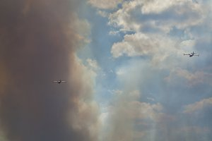 Tanker aircraft flying towards fire