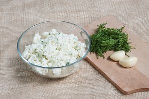 Cottage cheese with dill and garlic