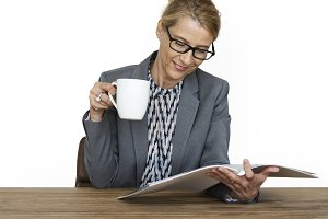 Woman Reading Coffee Drinks (PNG)