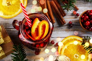 Cranberry and orange mulled wine with ingredients