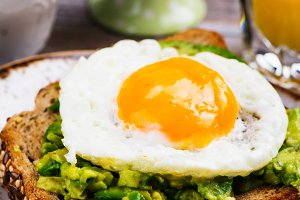 Avocado egg sandwich with whole grain bread