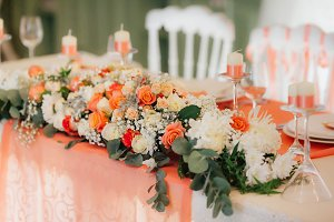 Table decor with white and peach roses. Wedding banquet decoration.