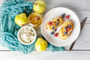 Toasts with pear, cream cheese, nuts and honey.