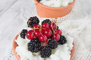 Rice porridge with redcurrants and b
