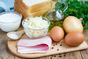Ingredients for mini quiche with bacon, using bread toast instead of dough