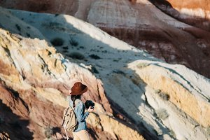 Девушка с рюкзаком в горах