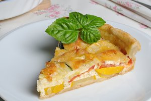 quiche with zucchini and tomato