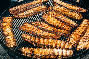 Barbecued spareribs lie on the fire