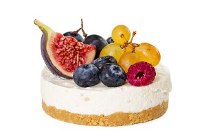 Cheesecake with figs and berries