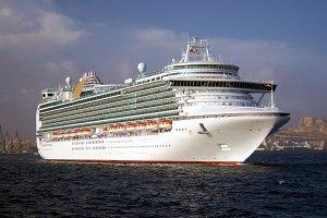 Super cruiseship sailing