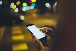 Use smartphones in the evening city