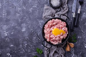 Minced meat with spices and raw yolk
