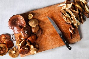 mushrooms and knife