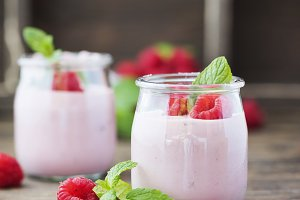 Yogurt with raspberry