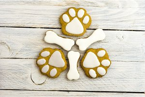Cookies in the form of dog paws and bones.