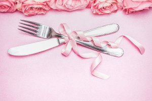 Тable place setting with roses