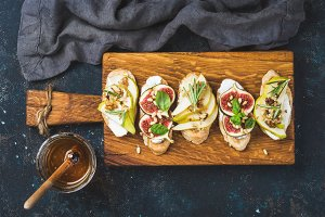 Crostini Bwith pear, cheese & honey