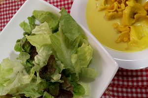 Ravioli and lettuce salad