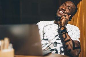 Chico negro habla por teléfono.