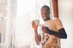 Chico negro toma café