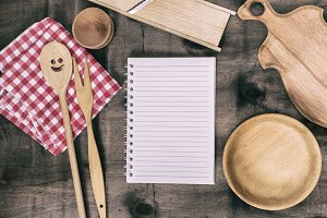 notepad with wooden kitchen objects
