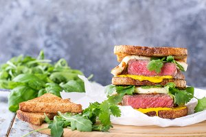 Club sandwich with steak