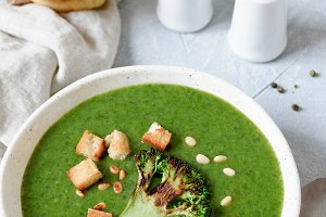Vegetarian broccoli cream soup