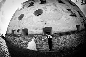 Rounded picture of bride and groom