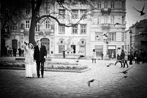 Wedding couple walking in the city