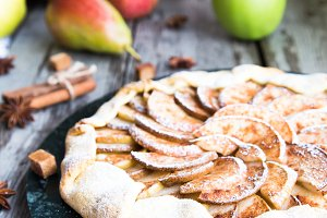 Pie with apples, pears and cinnamon